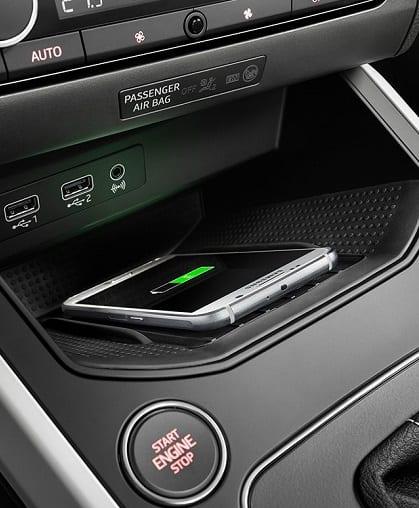 Interior SEAT Arona móvil cargando